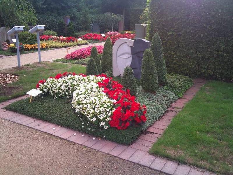Можно ли на кладбище сажать цветы из своего сада 45